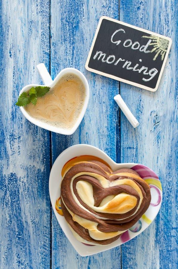 Café da manhã com coração do café e do bolo Bom dia do desejo imagem de stock royalty free