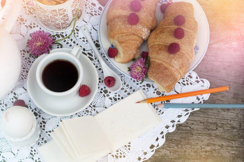 Café da manhã com croissant imagem de stock