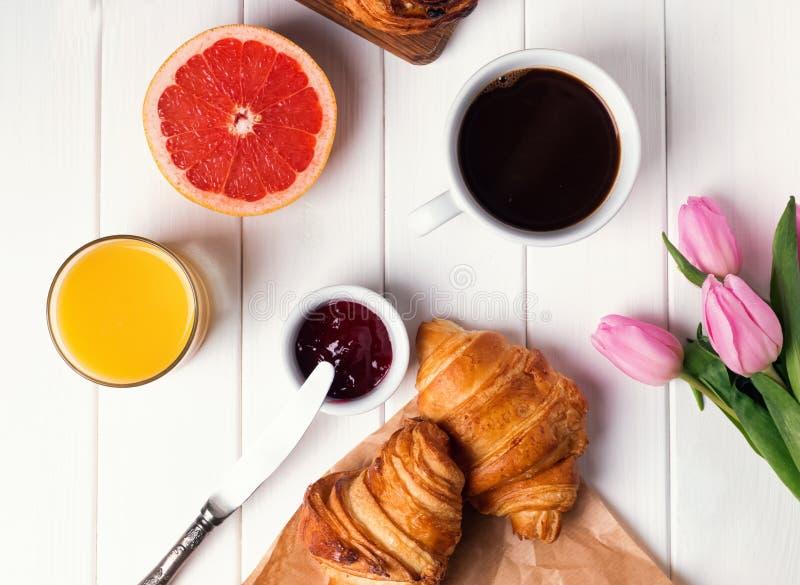 Café da manhã com croissant, café e suco fotografia de stock
