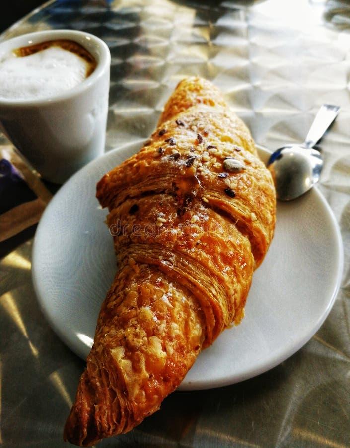Café da manhã da manhã com croissant e café fotos de stock royalty free