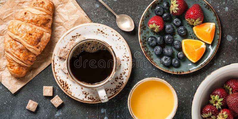 Café da manhã com croissant, café, suco de laranja e bagas fotos de stock royalty free