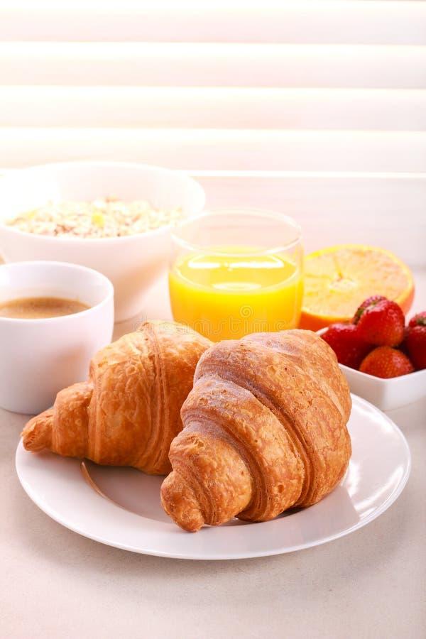 Café da manhã com croissant, suco de laranja, e café imagens de stock