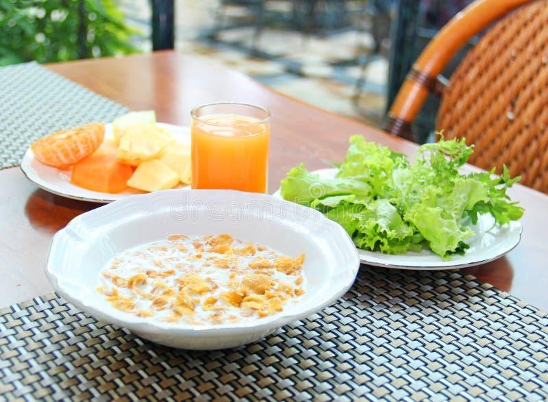 Café da manhã com flocos de milho, vegetais e frutos - fotos de stock royalty free