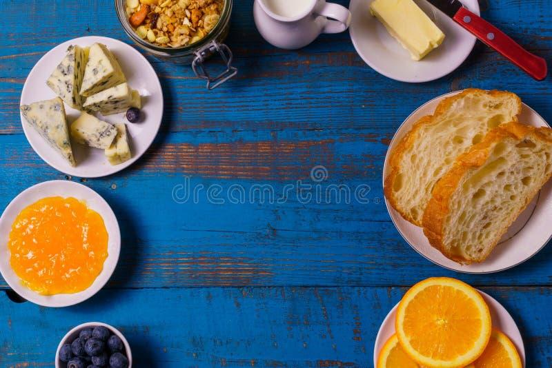Café da manhã com ingredientes saudáveis na madeira azul, configuração lisa imagens de stock