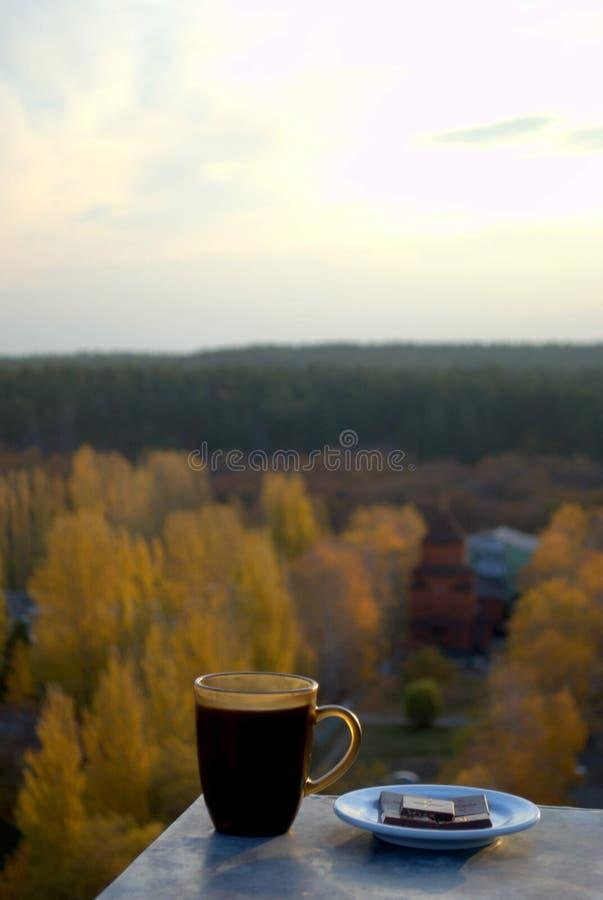 Café da manhã com o chocolate que negligencia a igreja ortodoxa apostólica armênia da mãe santamente do deus no outono adiantado imagem de stock