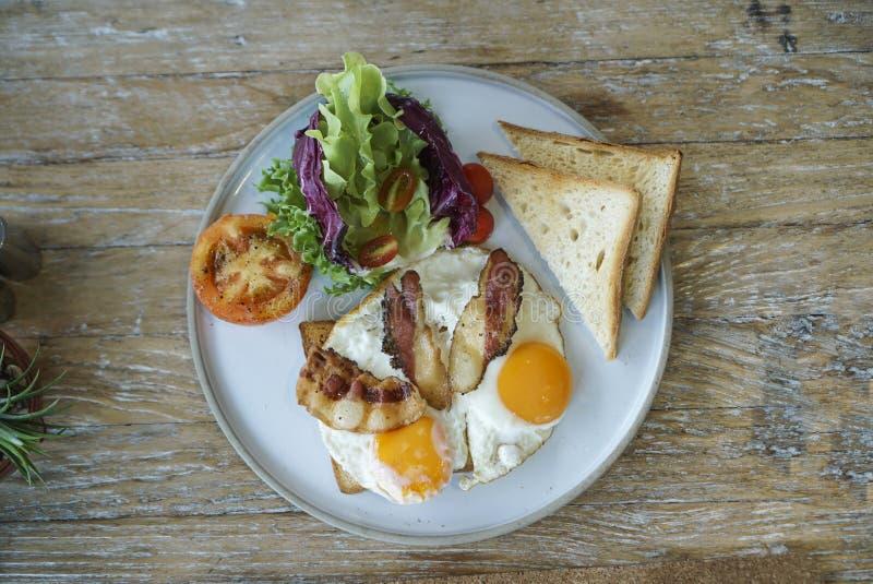 Café da manhã com ovo, bacon e salada foto de stock royalty free