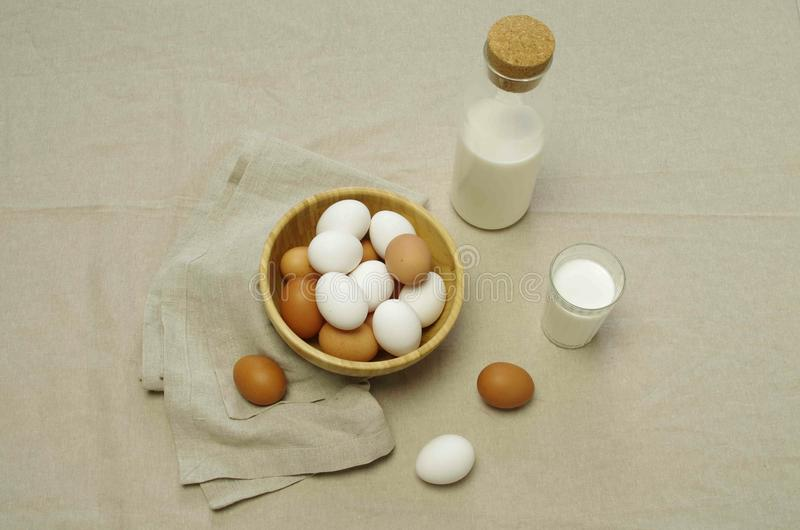 Café da manhã com ovos e leite fotos de stock