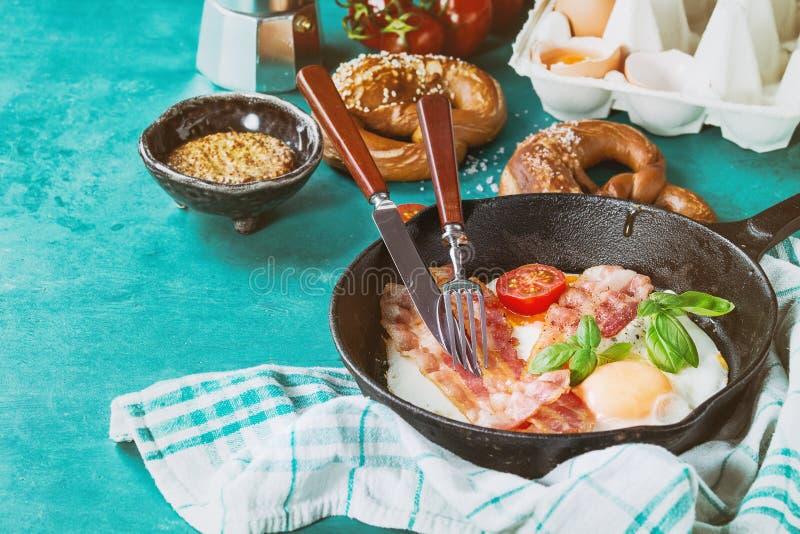 Café da manhã com ovos fritos e bacon foto de stock