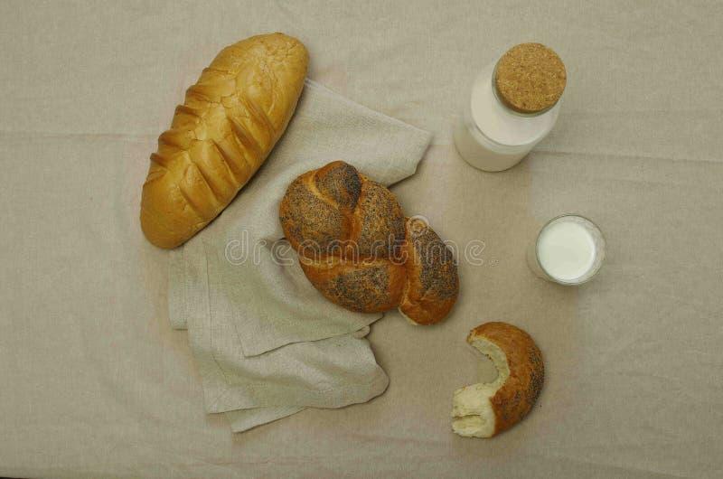 Café da manhã com pães e leite imagens de stock