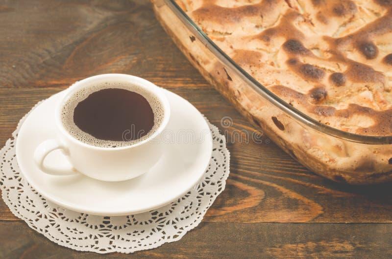café da manhã com torta de maçã e um copo da torta fresca do café preto e o copo do café preto perfumado em uma tabela de madeira imagem de stock royalty free