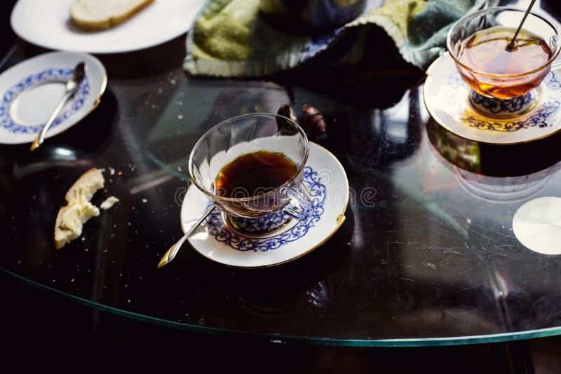 Café da manhã com um copo do chá fotografia de stock royalty free