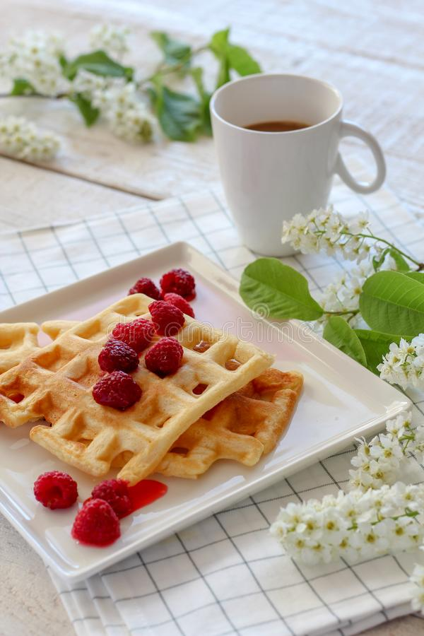 Caf? da manh? com waffles caseiros e caf? com flores da mola imagens de stock