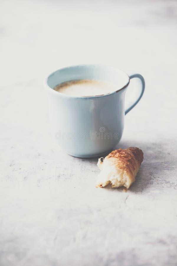 Café da manhã, croissant e tulipas da mola em claro - fundo cinzento fotografia de stock royalty free