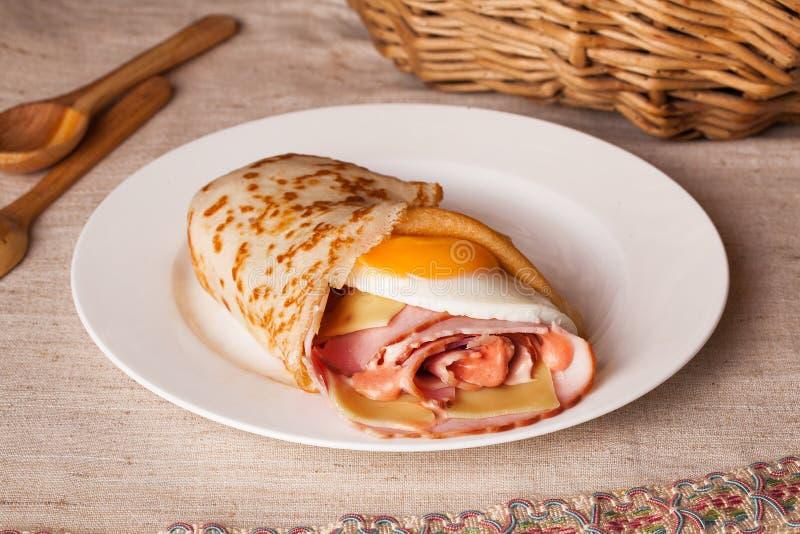 Café da manhã da panqueca com presunto e ovo ainda em uma vida rústica fotos de stock royalty free