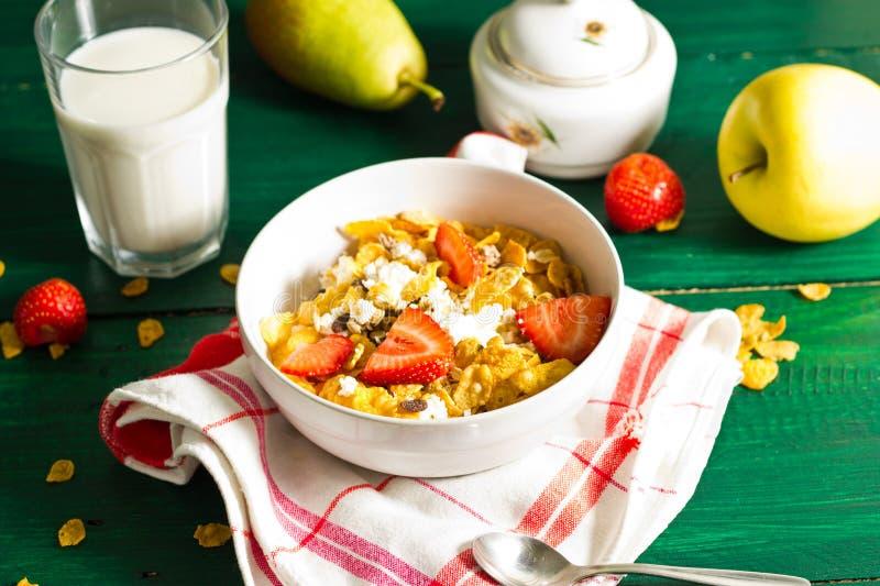 Café da manhã de flocos da farinha de aveia e de milho com leite e morangos foto de stock
