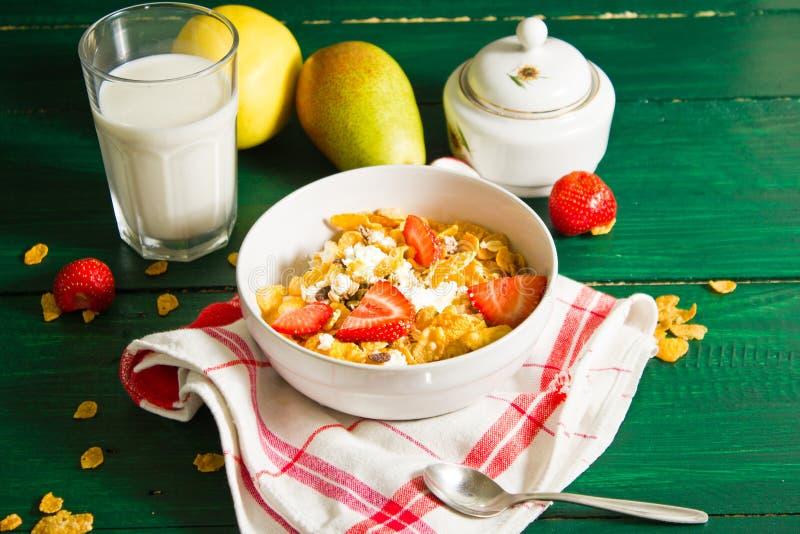 Café da manhã de flocos da farinha de aveia e de milho com leite e morangos imagens de stock royalty free