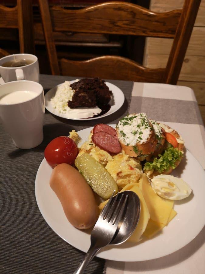 Café da manhã de Páscoa - ovos, salsichas brancas cozidas e produtos hortícolas fotos de stock royalty free