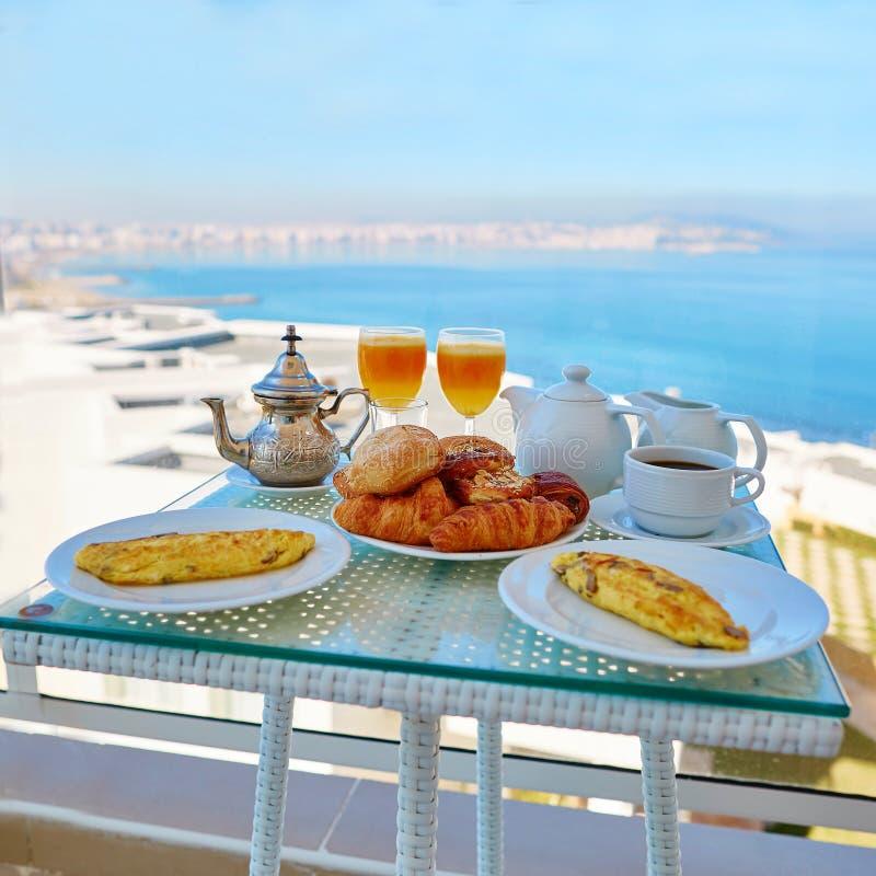 Café da manhã delicioso com opinião do mar foto de stock