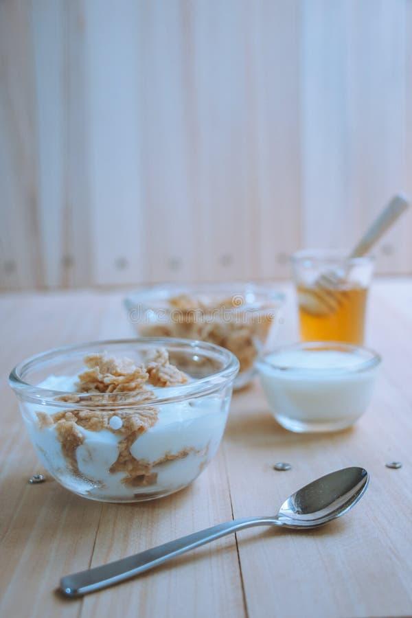 Café da manhã delicioso do Granola, do iogurte e do fruto imagens de stock