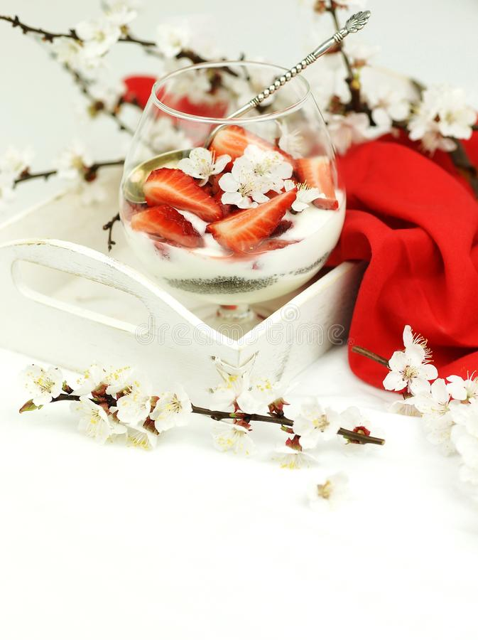 Café da manhã delicioso e saudável da sobremesa com morangos, iogurte e sementes do chia fotografia de stock