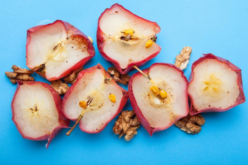 Café da manhã dietético inglês feito das maçãs cozidas orgânicas com porcas em um fundo azul foto de stock