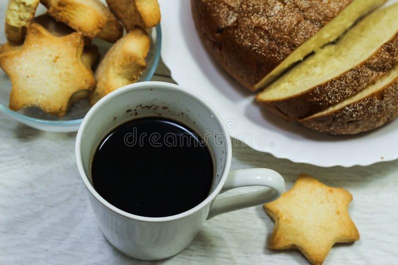 Café da manhã do brinde, de cookies e do waffle frescos com doce na aba fotografia de stock royalty free