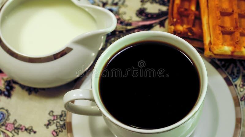 Café da manhã do brinde, de cookies e do waffle frescos com doce na aba imagem de stock royalty free