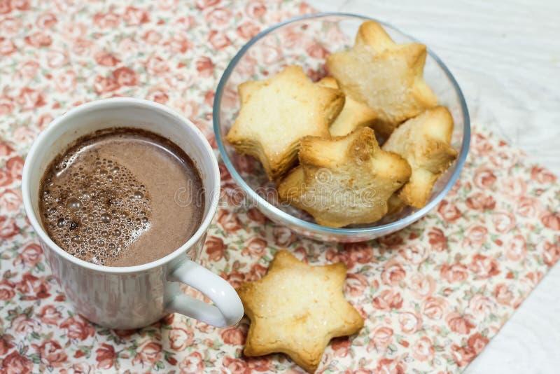Café da manhã do brinde, de cookies e do waffle frescos com doce na aba foto de stock