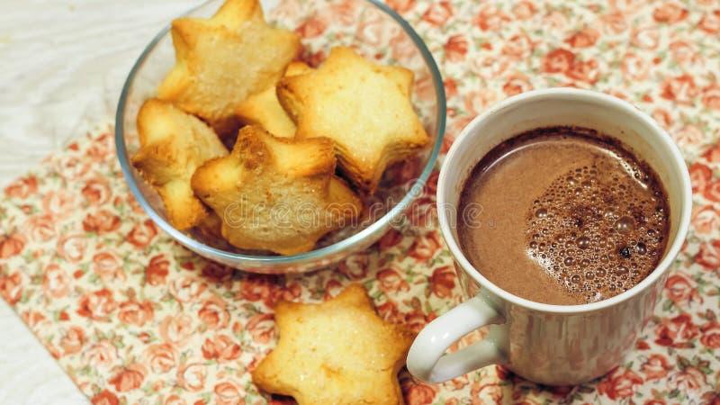 Café da manhã do brinde, de cookies e do waffle frescos com doce na aba fotos de stock royalty free