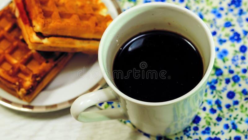 Café da manhã do brinde, de cookies e do waffle frescos com doce na aba imagens de stock