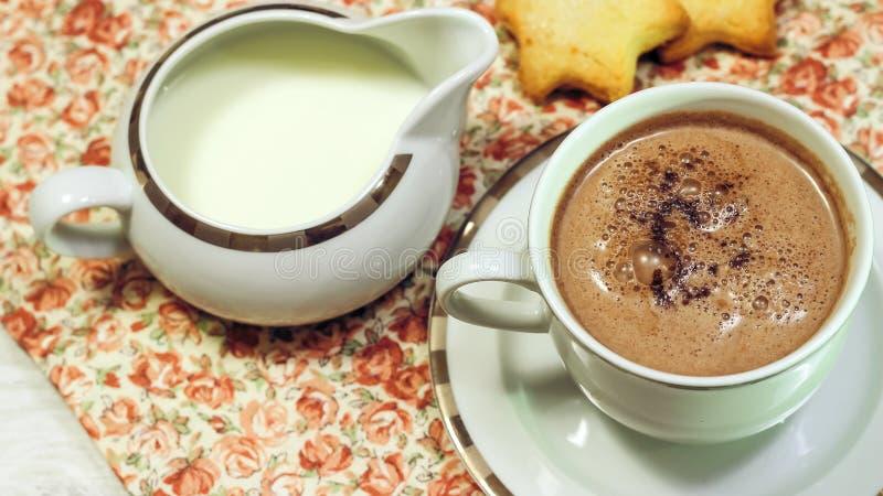 Café da manhã do brinde, de cookies e do waffle frescos com doce na aba fotografia de stock