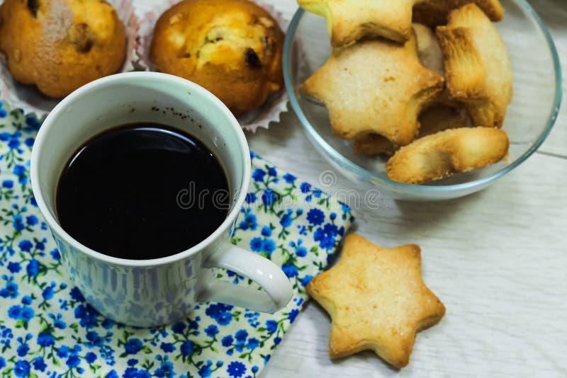 Café da manhã do brinde, de cookies e do waffle frescos com doce na aba foto de stock royalty free