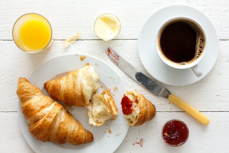 Café da manhã do café, do suco de laranja e do croissant de cima de fotografia de stock royalty free