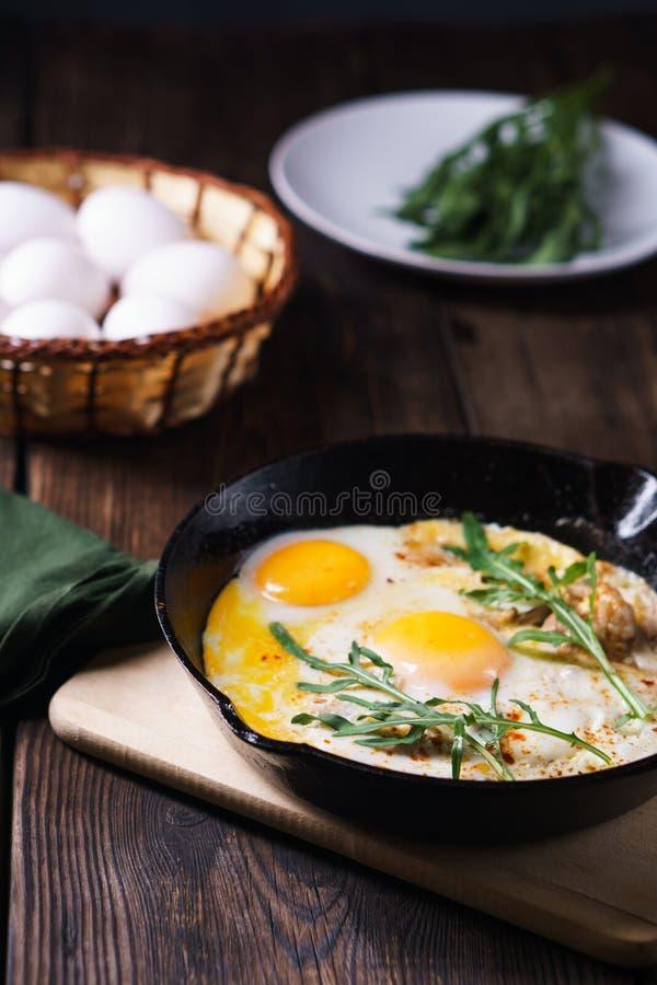 Café da manhã do campo, ovos roasted com bacon fotografia de stock