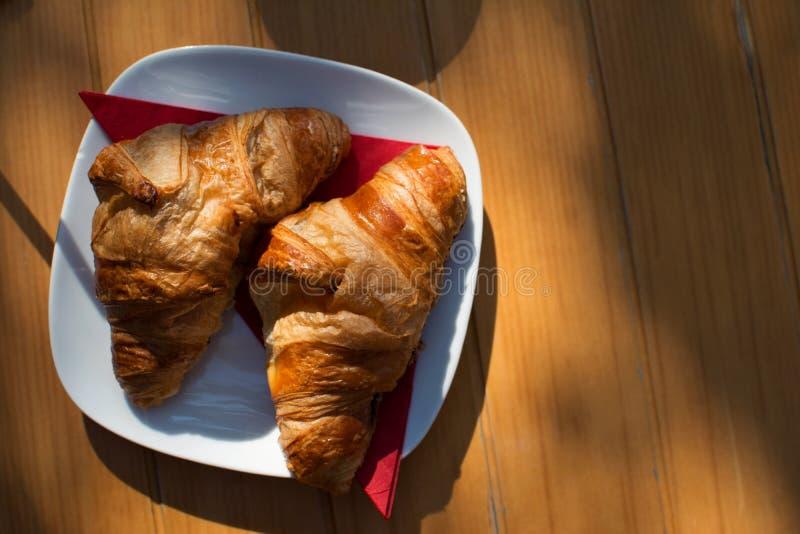 Café da manhã do croissant no verão imagens de stock royalty free