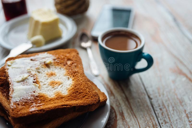 Café da manhã do homem de negócios com café e telefone fotos de stock royalty free