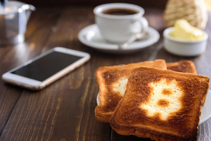 Café da manhã do homem de negócios com café e telefone imagens de stock