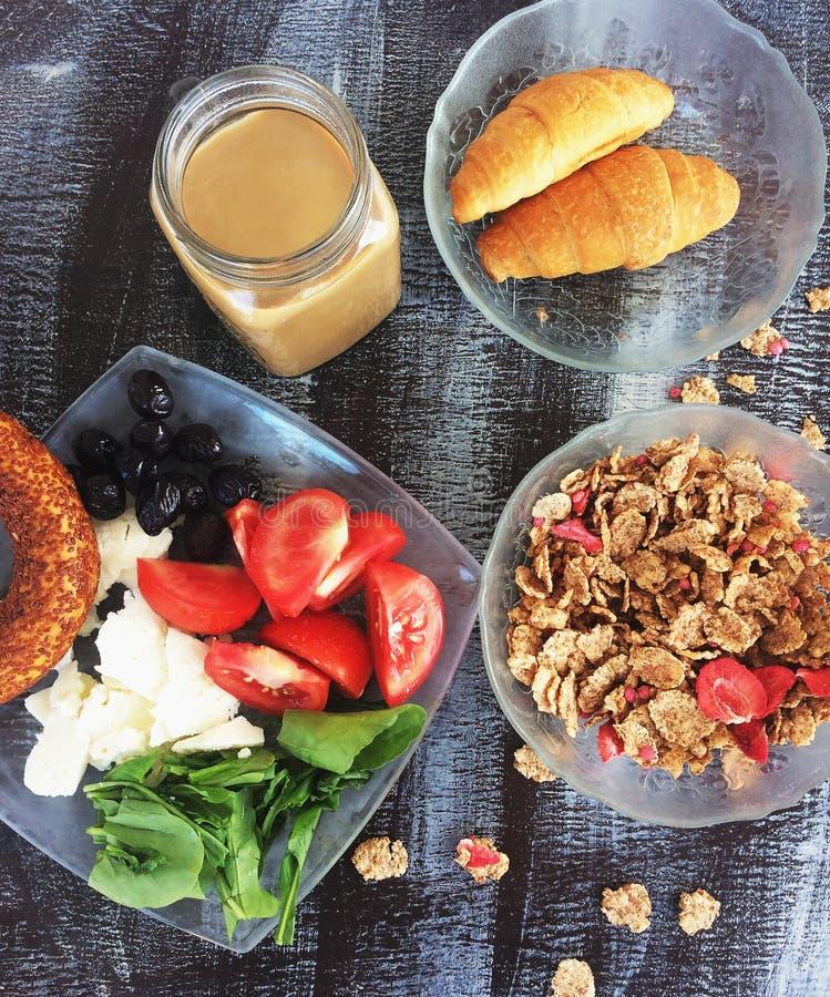 Café da manhã do hotel com café, croissant, flocos de milho e veg fresco foto de stock royalty free