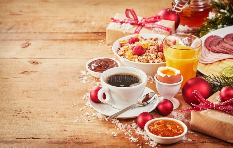 Café da manhã do Natal com presentes e decorações imagens de stock royalty free