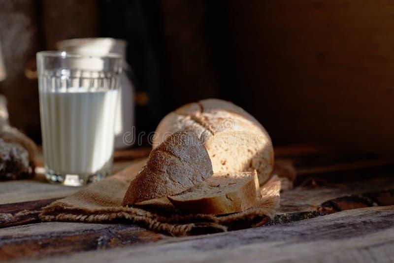Café da manhã do país com pão, leite imagens de stock
