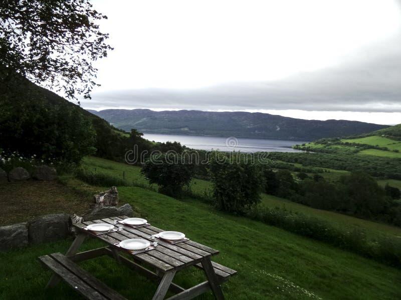 Café da manhã do piquenique ao lado do lago loch Ness fotos de stock