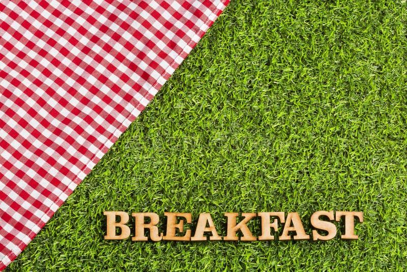 Café da manhã do piquenique - guardanapo vermelho quadriculado e letras de madeira fotos de stock royalty free