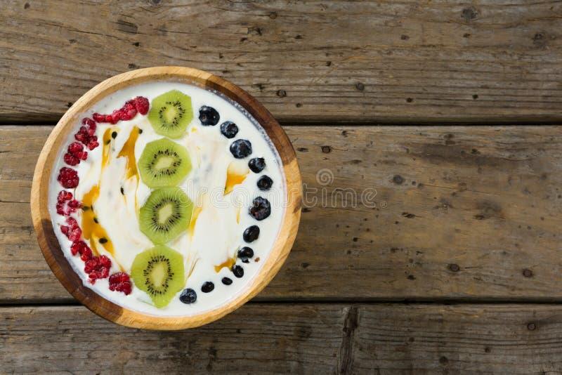 Café da manhã do quivi na bacia fotos de stock royalty free