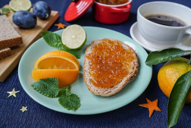 Café da manhã do ` s do ano novo, café, pão, doce Ajuste festivo da tabela imagens de stock royalty free