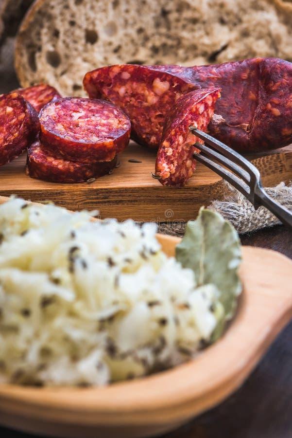 Café da manhã do ` s do fazendeiro, salsicha e couve ácida imagem de stock
