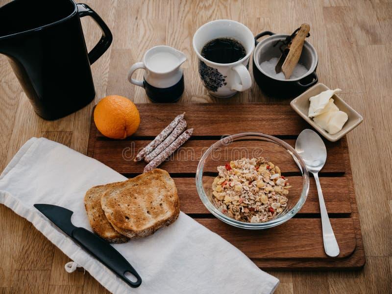 Café da manhã do sueco na placa de madeira foto de stock