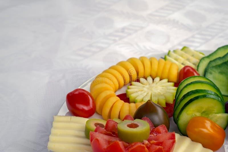Café da manhã do vegetariano na placa com o backgro de seda branco da toalha de mesa imagem de stock