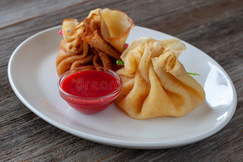 Café da manhã do vegetariano: panquecas enchidas com requeijão com fotografia de stock royalty free