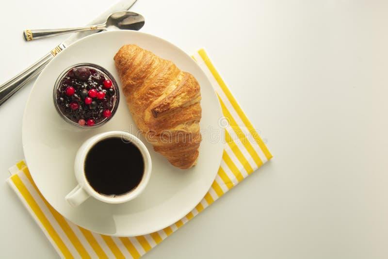 Café da manhã, café e croissant com doce da baga na tabela branca Croissant francês Bolos frescos refeição, petisco Isoalted com  imagem de stock