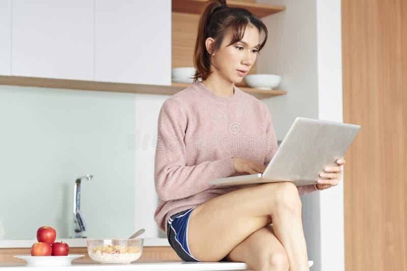 Café da manhã e e-mail na manhã imagens de stock royalty free